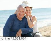 Счастливая пожилая пара на берегу моря. Стоковое фото, фотограф Яков Филимонов / Фотобанк Лори