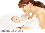 Купить «Мать кормит ребенка из бутылочки, новорожденный младенец кушает молоко из бутылки», фото № 5554284, снято 9 сентября 2013 г. (c) Инара Прусакова / Фотобанк Лори