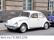 Купить «Автомобиль Volkswagen Beetle», фото № 5563216, снято 12 сентября 2013 г. (c) Art Konovalov / Фотобанк Лори