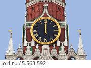 Купить «Кремлевские куранты показывают время ровно 12.00», фото № 5563592, снято 7 февраля 2014 г. (c) Наталья Волкова / Фотобанк Лори