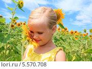Скромная белокурая девочка в поле подсолнухов. Стоковое фото, фотограф Tanya Lomakivska / Фотобанк Лори