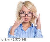 Купить «Изумленная светловолосая бизнес-леди в синей рубашке, изолированно на белом фоне», фото № 5570848, снято 23 января 2014 г. (c) Okssi / Фотобанк Лори