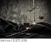 Купить «Весы и деревянный молоток на мантии судьи», фото № 5571316, снято 6 февраля 2014 г. (c) Andrejs Pidjass / Фотобанк Лори