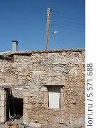 Полуразрушенный старый домик из камня (2008 год). Стоковое фото, фотограф Инна Багаева / Фотобанк Лори