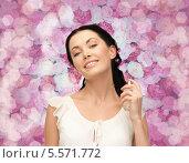 Купить «Красивая брюнетка наносит парфюмированную воду себе на шею», фото № 5571772, снято 2 марта 2013 г. (c) Syda Productions / Фотобанк Лори
