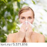 Купить «Заболевшая девушка с бумажным платком у носа», фото № 5571816, снято 5 декабря 2013 г. (c) Syda Productions / Фотобанк Лори