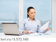 Купить «деловая девушка изучает бумаги на рабочем месте», фото № 5572160, снято 8 декабря 2013 г. (c) Syda Productions / Фотобанк Лори