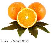Три апельсина с зелёными листьями изолированны на белом фоне, фото № 5573948, снято 7 сентября 2013 г. (c) Литвяк Игорь / Фотобанк Лори