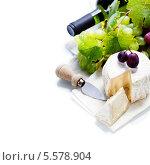 Купить «Бутылка вина, виноград и сыр с плесенью на белом фоне», фото № 5578904, снято 10 октября 2013 г. (c) Наталия Кленова / Фотобанк Лори