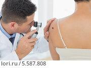 Купить «Doctor examining mole on back of woman», фото № 5587808, снято 22 ноября 2013 г. (c) Wavebreak Media / Фотобанк Лори