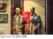 Купить «Воздушные шары в виде сердечка в руках манекенов в витрине магазина», эксклюзивное фото № 5590088, снято 14 февраля 2014 г. (c) Алёшина Оксана / Фотобанк Лори