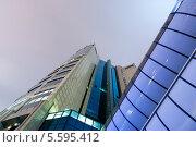 Башня 2000 Московского международного делового центра Москва-Сити ночью, вид снизу. Редакционное фото, фотограф Денис Веселов / Фотобанк Лори