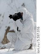 Купить «Фотограф-анималист охотится в зимнем лесу», фото № 5597016, снято 9 февраля 2014 г. (c) Эдуард Кислинский / Фотобанк Лори