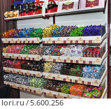 Витрина с конфетами в музее шоколада (2014 год). Редакционное фото, фотограф Валентина Белоусова / Фотобанк Лори