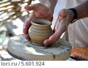 Купить «Руки гончара снимают сырую глиняную крынку с гончарного круга», фото № 5601924, снято 14 июня 2012 г. (c) Анна Мартынова / Фотобанк Лори