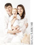 Купить «Счастливые родители держат ребенка на руках, семейный портрет», фото № 5608148, снято 4 декабря 2011 г. (c) Инара Прусакова / Фотобанк Лори
