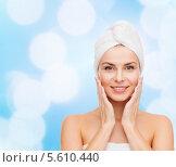 Красивая девушка с полотенцем на голове. Стоковое фото, фотограф Syda Productions / Фотобанк Лори