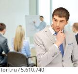 Задумчивый бизнесмен в офисе. Стоковое фото, фотограф Syda Productions / Фотобанк Лори