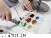 Купить «Дулёвский фарфоровый завод. Руки художника», эксклюзивное фото № 5611656, снято 7 февраля 2014 г. (c) Дмитрий Неумоин / Фотобанк Лори