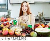 Купить «Длинноволосая девушка в желтой майке готовит фруктовый салат с йогуртом», фото № 5612016, снято 12 июня 2013 г. (c) Яков Филимонов / Фотобанк Лори