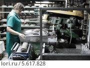 Купить «Дулёвский фарфоровый завод. Женщина работает в цеху на производстве», эксклюзивное фото № 5617828, снято 7 февраля 2014 г. (c) Дмитрий Неумоин / Фотобанк Лори