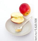 Купить «Мякоть яблока для малыша. Первый прикорм», фото № 5620508, снято 22 февраля 2014 г. (c) Наталья Осипова / Фотобанк Лори