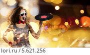 Купить «Красивая пышноволосая девушка в виниловой пластинкой», фото № 5621256, снято 25 января 2013 г. (c) Sergey Nivens / Фотобанк Лори
