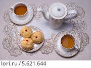 Чайный сервиз  с профитролями. Стоковое фото, фотограф Онипенко Михаил / Фотобанк Лори