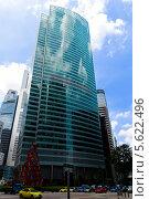 Отражение облаков в небоскребе бизнес-центра One Raffles Quay, Сингапур. Стоковое фото, фотограф Nikolay Grachev / Фотобанк Лори