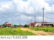 Купить «Поселок Волна на Таманском полуострове, сельский пейзаж с грунтовой дорогой и домами», эксклюзивное фото № 5633308, снято 23 мая 2012 г. (c) Анна Мартынова / Фотобанк Лори