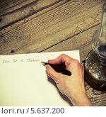 Купить «Начало старомодного письма. Рука с перьевой ручкой», фото № 5637200, снято 15 октября 2013 г. (c) Jaromir Urbanek / Фотобанк Лори