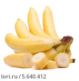 Купить «Гроздь бананов и нарезанный банан на белом фоне», фото № 5640412, снято 22 марта 2013 г. (c) Natalja Stotika / Фотобанк Лори