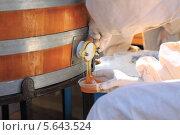 Человек набирает в банку мёд из бочки. Стоковое фото, фотограф Рашид Валитов / Фотобанк Лори