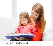 Купить «Мама читает дочке сказку», фото № 5646764, снято 17 января 2014 г. (c) Syda Productions / Фотобанк Лори