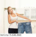 Купить «Стройная похудевшая девушка улыбается, демонстрируя джинсы большого размера», фото № 5646860, снято 23 марта 2013 г. (c) Syda Productions / Фотобанк Лори