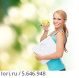Купить «Стройная девушка с весами и зеленым яблоком», фото № 5646948, снято 7 января 2014 г. (c) Syda Productions / Фотобанк Лори