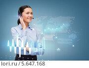 Купить «Дружелюбная сотрудница службы поддержки работает с виртуальным экраном», фото № 5647168, снято 1 декабря 2013 г. (c) Syda Productions / Фотобанк Лори