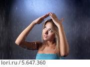 Купить «Красивая девушка закрывается от дождя руками», фото № 5647360, снято 28 октября 2011 г. (c) Чепко Данил / Фотобанк Лори