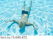 Купить «Мальчик плавает лицом вверх на дне бассейна», фото № 5649472, снято 8 июля 2012 г. (c) Losevsky Pavel / Фотобанк Лори