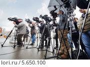 Купить «Журналисты снимают новую платную парковку на Комсомольской площади (площадь трех вокзалов) в Москве, Россия», фото № 5650100, снято 11 октября 2012 г. (c) Losevsky Pavel / Фотобанк Лори