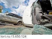 Купить «Серьезное ДТП, разбитый автомобиль на дороге», фото № 5650124, снято 4 июня 2012 г. (c) Losevsky Pavel / Фотобанк Лори