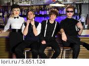 Купить «Четверо стильных молодых людей сидят возле барной стойки», фото № 5651124, снято 11 апреля 2012 г. (c) Losevsky Pavel / Фотобанк Лори