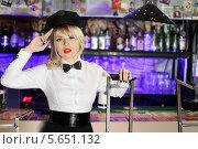 Купить «Красивая блондинка в черной фуражке возле барной стойки», фото № 5651132, снято 11 апреля 2012 г. (c) Losevsky Pavel / Фотобанк Лори