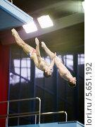 Купить «Синхронные прыжки в воду, два спортсмена в полёте», фото № 5651192, снято 13 апреля 2012 г. (c) Losevsky Pavel / Фотобанк Лори