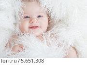 Купить «Портрет улыбающегося младенца, завернутого в белый мех», фото № 5651308, снято 19 января 2012 г. (c) Losevsky Pavel / Фотобанк Лори