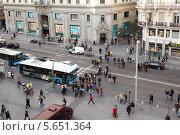 Купить «Пешеходы и автомобили  на перекрёстке на улице Гран-Виа, Мадрид», фото № 5651364, снято 7 марта 2012 г. (c) Losevsky Pavel / Фотобанк Лори