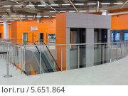 Купить «Оранжевый холл с эскалаторами и лифтом в павильоне Мосэкспо, Москва», фото № 5651864, снято 3 октября 2012 г. (c) Losevsky Pavel / Фотобанк Лори