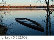 Затопленная лодка недалеко от берега озера на закате. Стоковое фото, фотограф Ilya Druzhinin / Фотобанк Лори