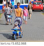 Купить «Папы и мамы с детьми на прогулке. Демография», эксклюзивное фото № 5652068, снято 21 июня 2013 г. (c) Анатолий Матвейчук / Фотобанк Лори