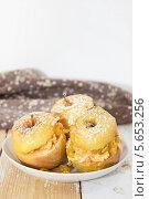 Купить «Печеные яблоки с изюмом», фото № 5653256, снято 28 февраля 2014 г. (c) Наталья Осипова / Фотобанк Лори